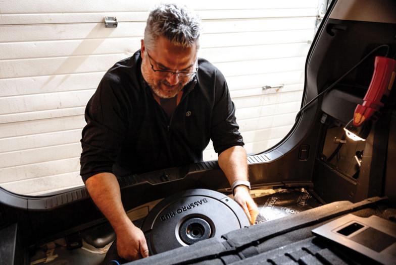 JBL BassPro Hub: Loa siêu trầm công suất mạnh gắn trên xe hơi